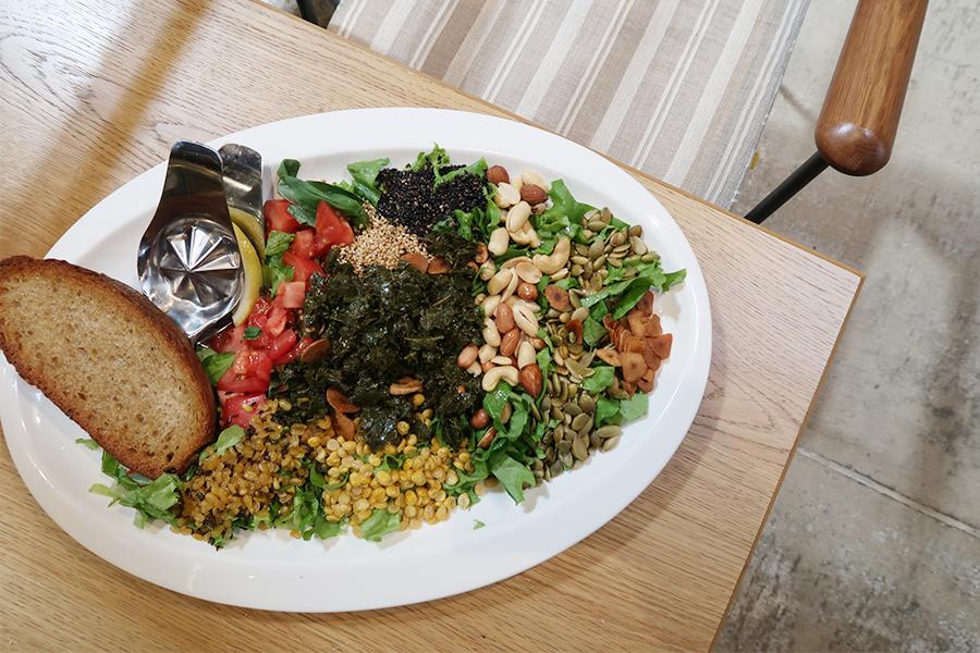 茶葉、ひよこ豆、ムング豆、ひわりの種、ゴマなど栄養価が高い素材をミックスしていただく「ティーリーフサラダ」。ランチ時1,500円