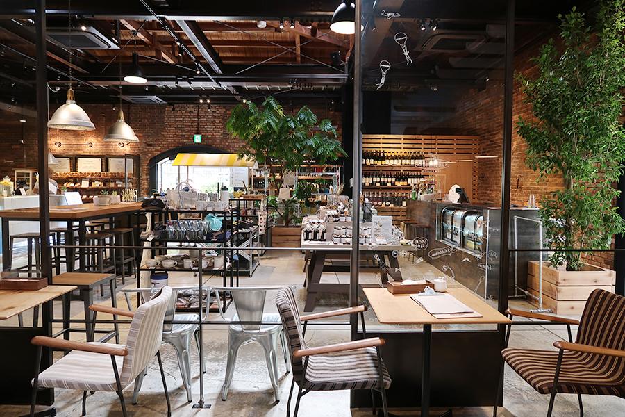 店内の半分を占めるカフェ「NORTHSHORE」。ジューススタンド、コーヒースタンド、ベーカリーが左手に