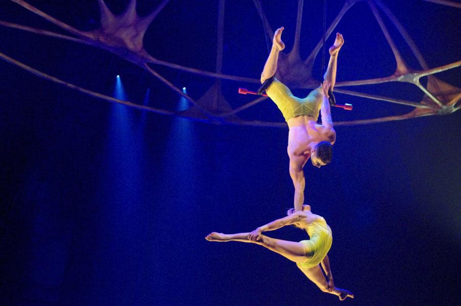 命綱なし、空中ブランコの上でアクロバティックに絡み合う『フィックスト・トラピス・デュオ』