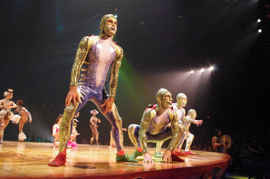 日本人スタッフも参加するオープニング演目『カラペース』に登場するカエルら