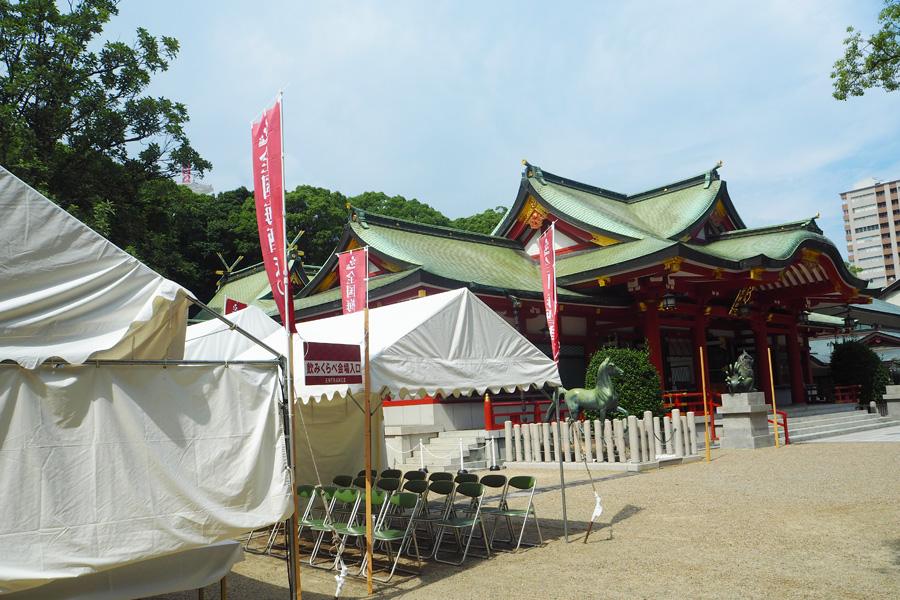 会場は西宮神社の本殿前