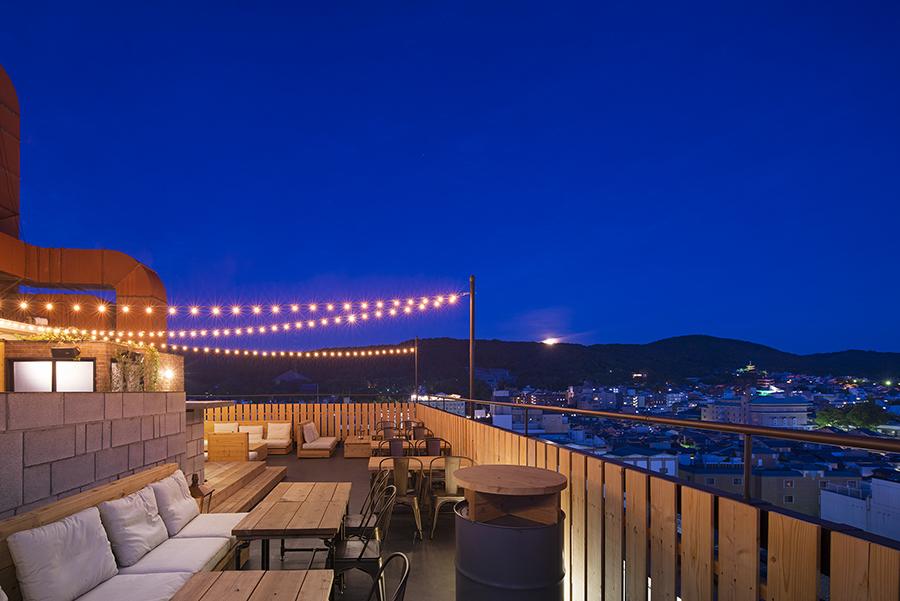 日暮れ前に訪れると、遠くには、京都タワーや伏見城、大文字山なども見渡せる