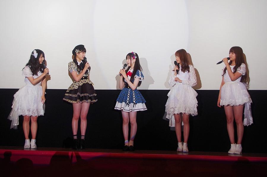 舞台挨拶に登場したメンバー、左から横山由依、吉田朱里(NMB48)、永野芹佳、加藤玲奈、入山杏奈