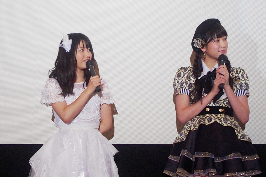 AKB48グループ総監督の横山由依(左)と、NMB48の吉田朱里(9日・大阪市内)