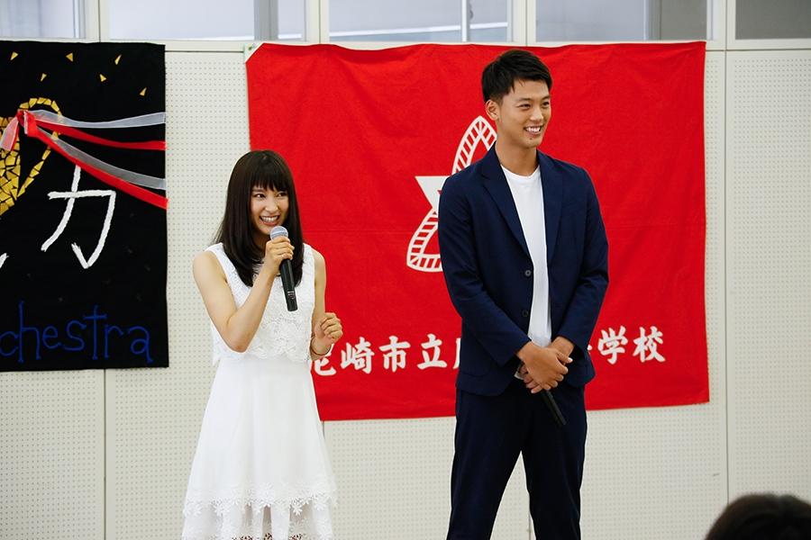 市立尼崎高等学校をサプライズ訪問した土屋太鳳と竹内涼真