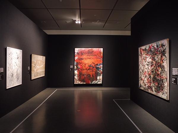 嶋本昭三《作品》(中央)、今井俊満《WORK1958》(向かって右)など