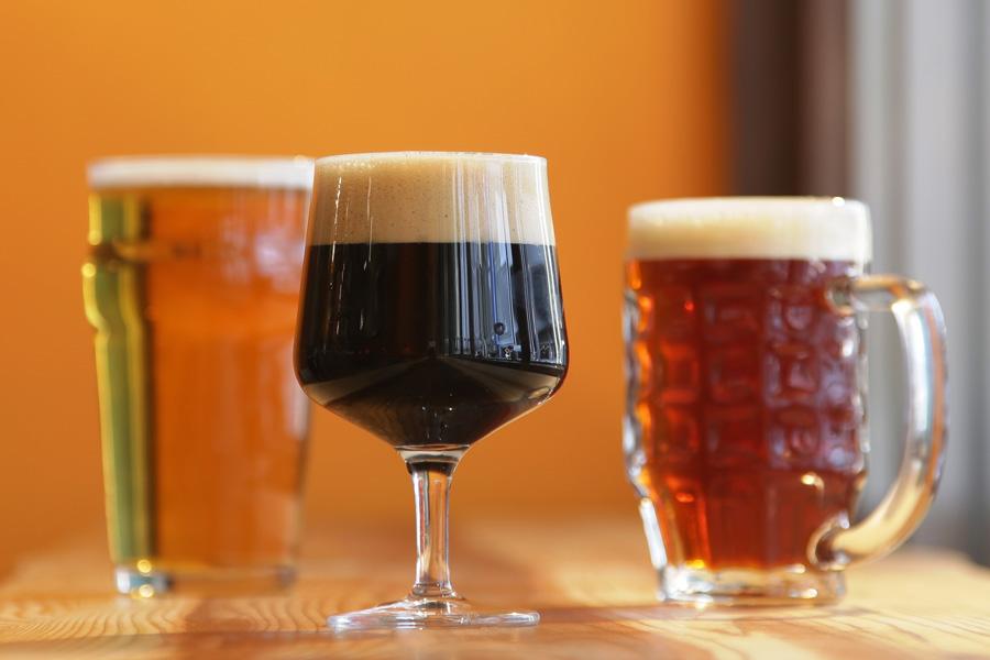 店舗内の工場で作られる「白」「黒」「琥珀」のオリジナルクラフトビール