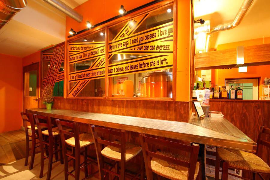 ビール工場を眺めながら飲めるカウンター席も