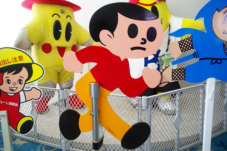 滋賀県発祥の交通啓発看板「飛び出し坊や」の展示会、初代飛び出し坊やは0系と呼ばれている