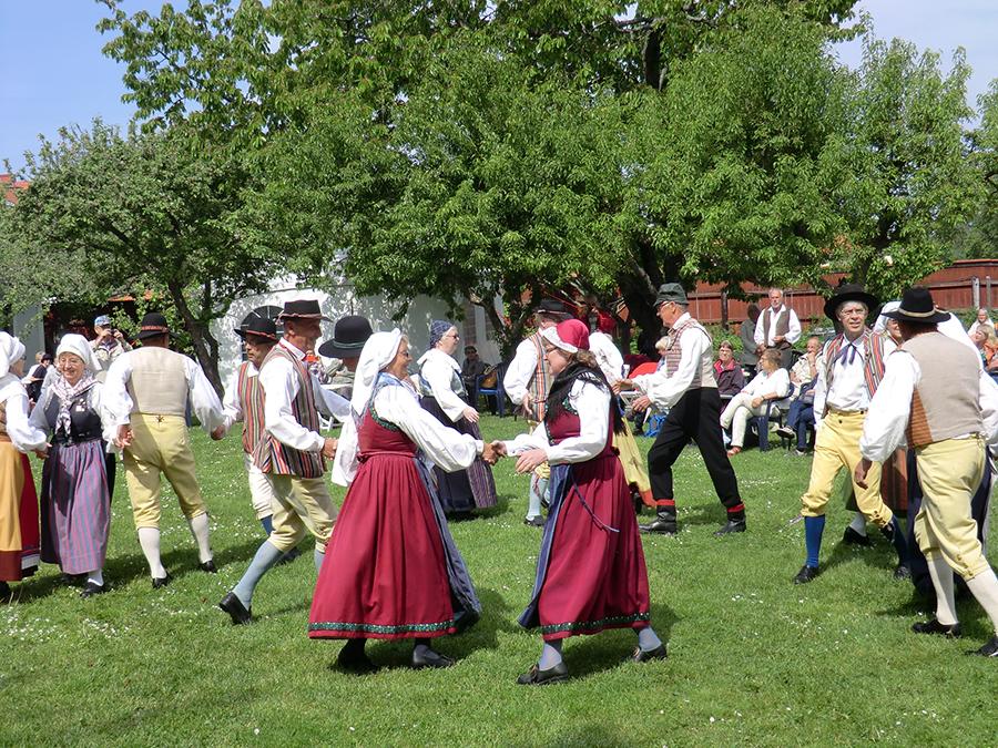 ダンスのワークショップでは、スウェーデンのダンス『ポルスカ』を。ほかにも、みんなで手を繋いで踊るロングダンスも