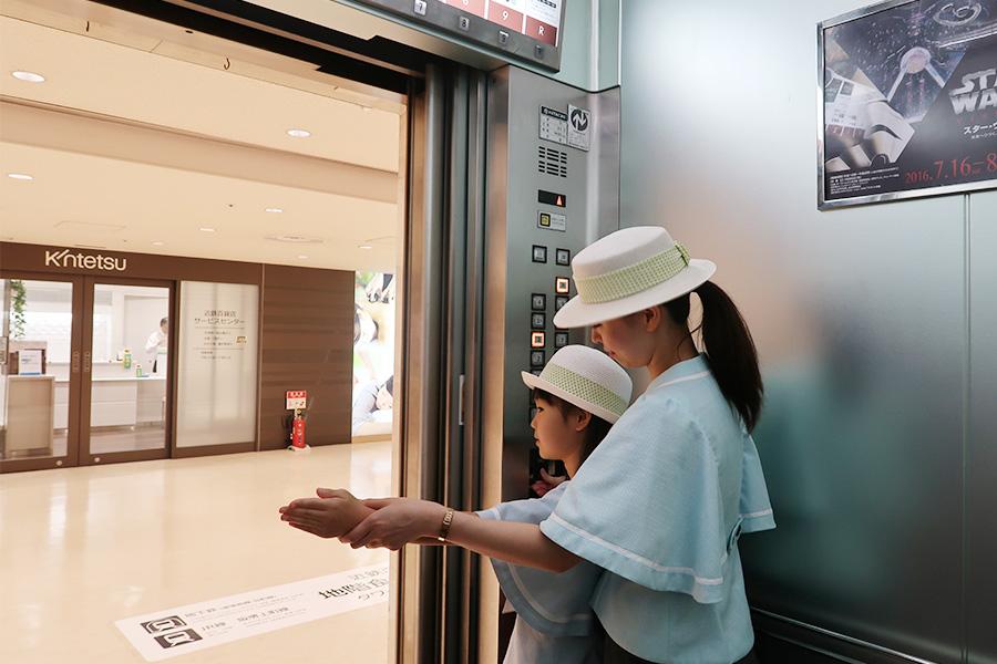 エレベーターガールを担当したのは、いわたひろのちゃん(9歳)。最初に、言葉遣い、お辞儀などを教えてもらってから実践へ