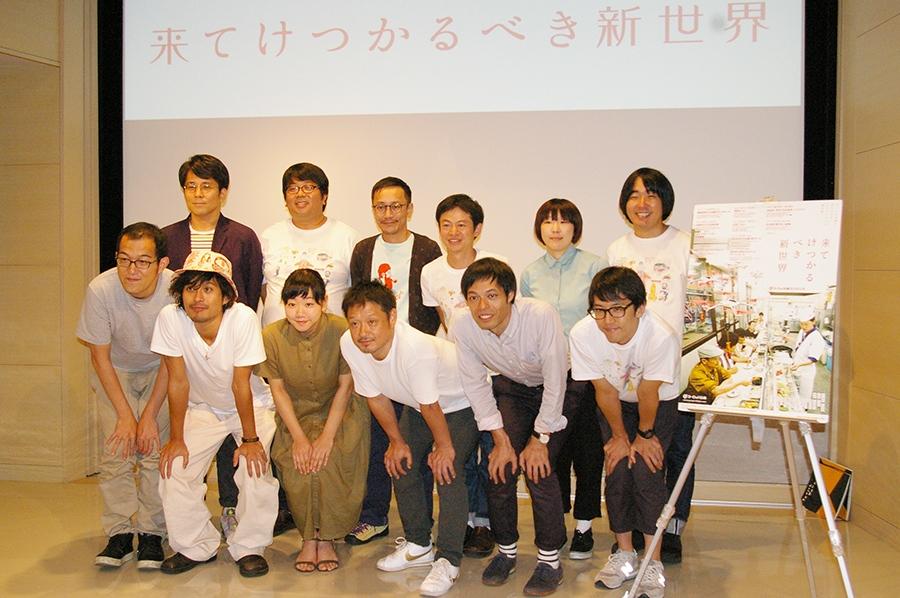 会見をおこなったヨーロッパ企画(前列左が上田誠)と客演の福田転球(前列右から3番目)ら