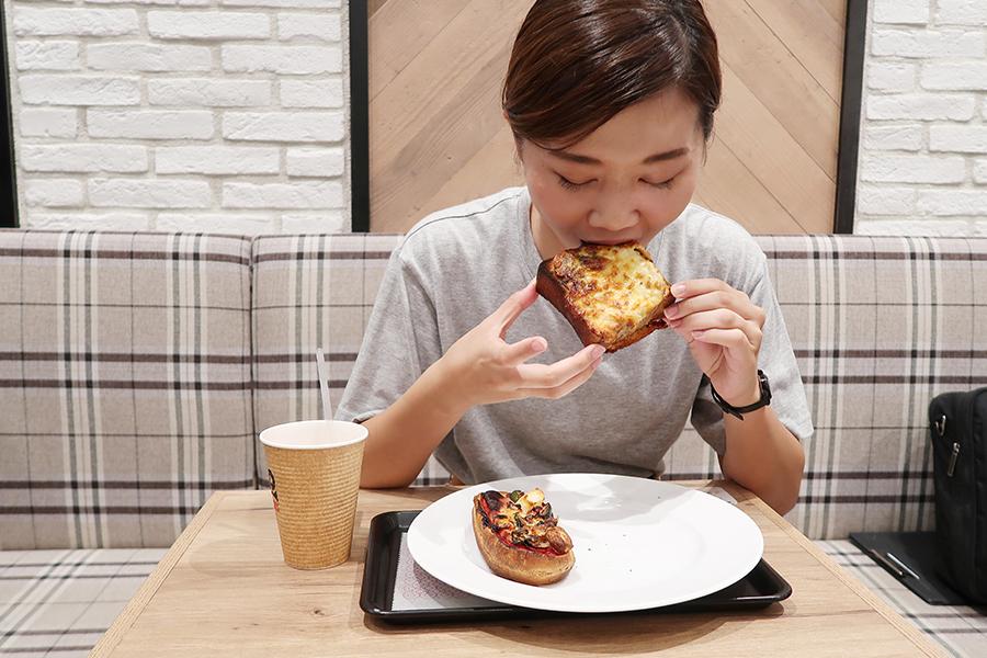 食事系はちゃんと温めてくれるのもうれしいサービス。「ブリオッシュトースト ツナメルト」をガブリ! これは朝食にもぴったりな1品