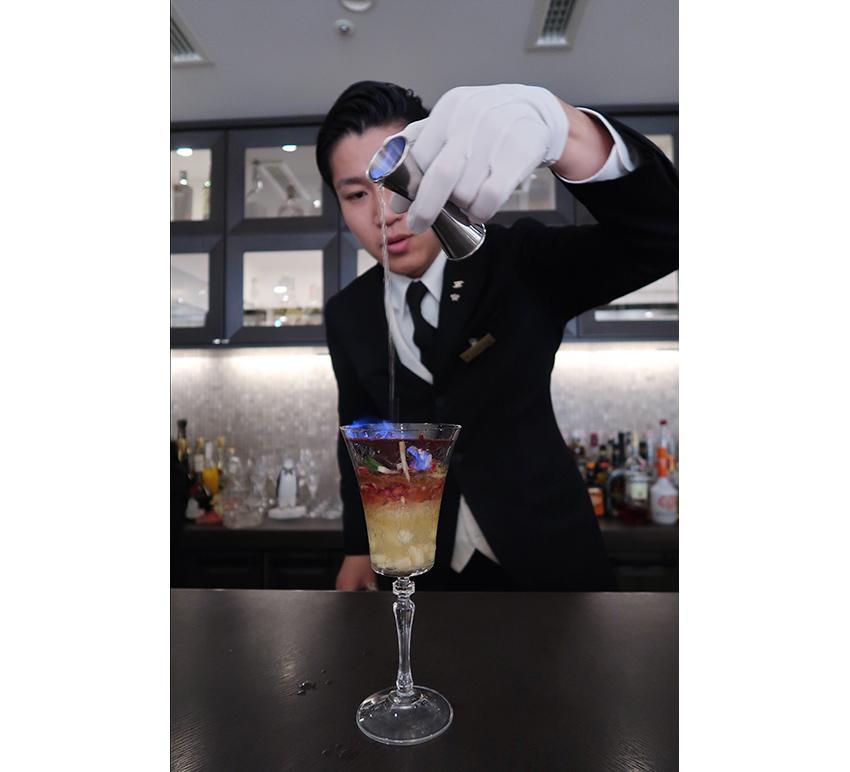 「ジャック・ローズ」はシードルのソルベ、リンゴのジュレなど。グラスを覆ったチョコレートの上からフランベしたカクテルを注いで完成