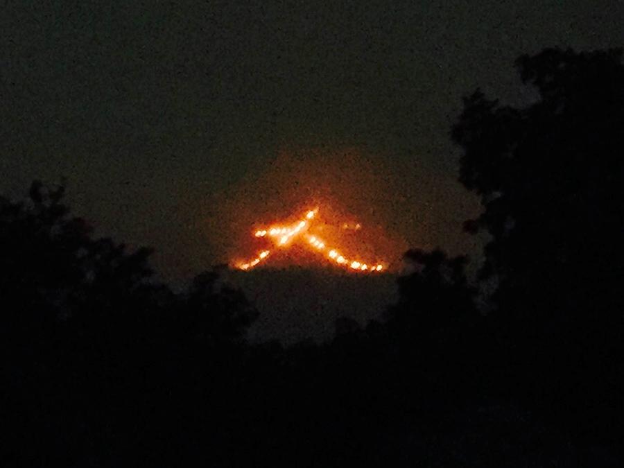 夜8時、「大」の字に点火された『五山の送り火』(16日・撮影場所:吉田山 )