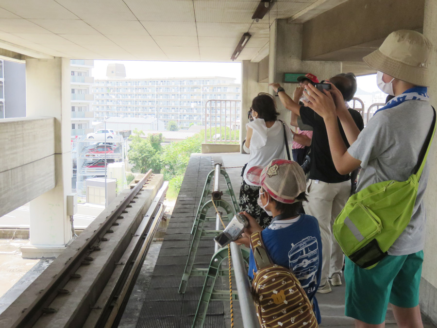 当時の乗客が眺めた景色を、写真や映像に収める参加者たち