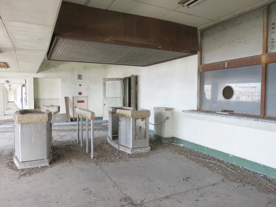 建物4階のホーム。改札と切符販売窓口からは、自動ではなく係員がいた人の息吹を感じることができる