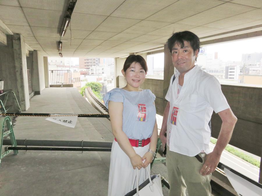 見学会に参加した原聡さん(右)。当時、同級生が大将軍駅上層階のアパートに住んでいたという