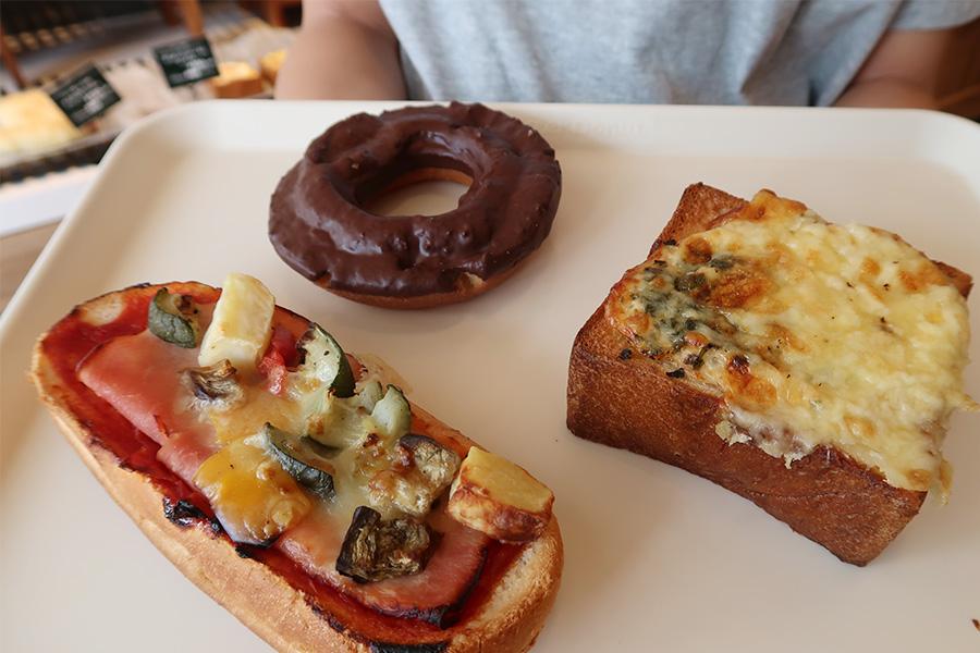 まずは1周目。お腹が空いていたので、大きな「ハムと野菜のタルティーヌ」270円(左手前)
