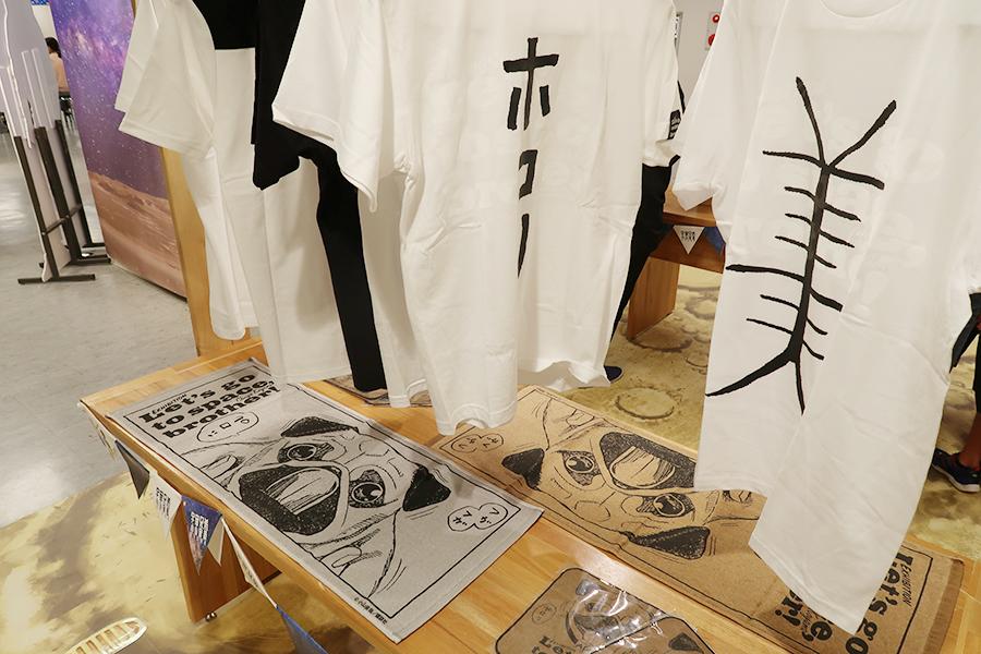 漫画『宇宙兄弟』オフィシャルストアも登場している。ローリーが着ていた、ホコリ、美、涼しいTシャツも
