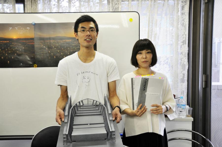 今回の舞台の模型を持つ金子(左)、松本が遺した創作ノートのコピーを持つ平野
