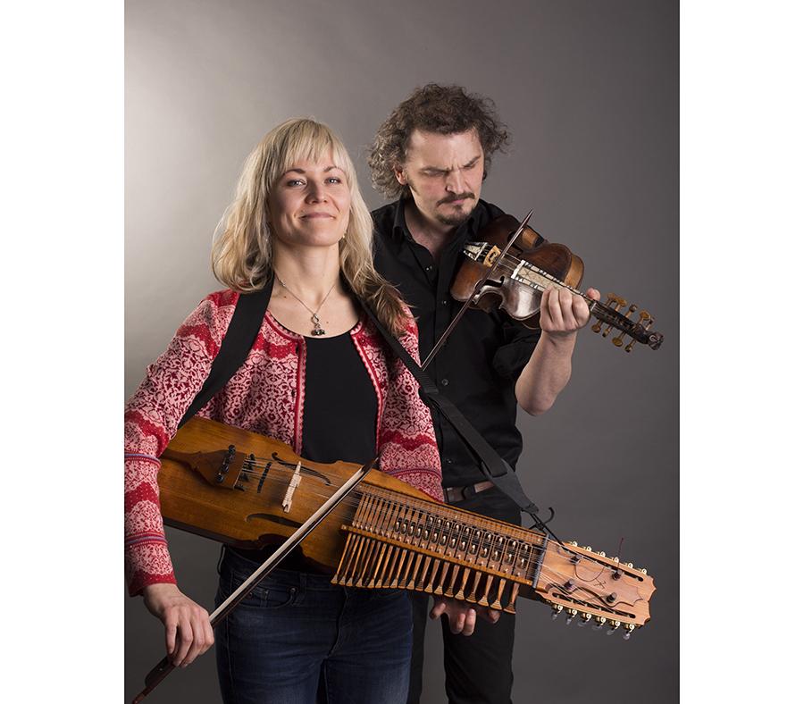 『なかフェス』に登場する、スウェーデンのヨーナス&ヨセフィーナ。伝統楽器ニッケルハルパを演奏するヨセフィーナは、世界チャンピオン