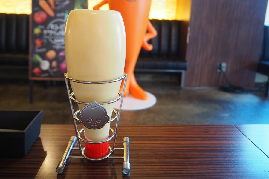 各テーブルには好きなだけかけることができるマヨネーズを設置