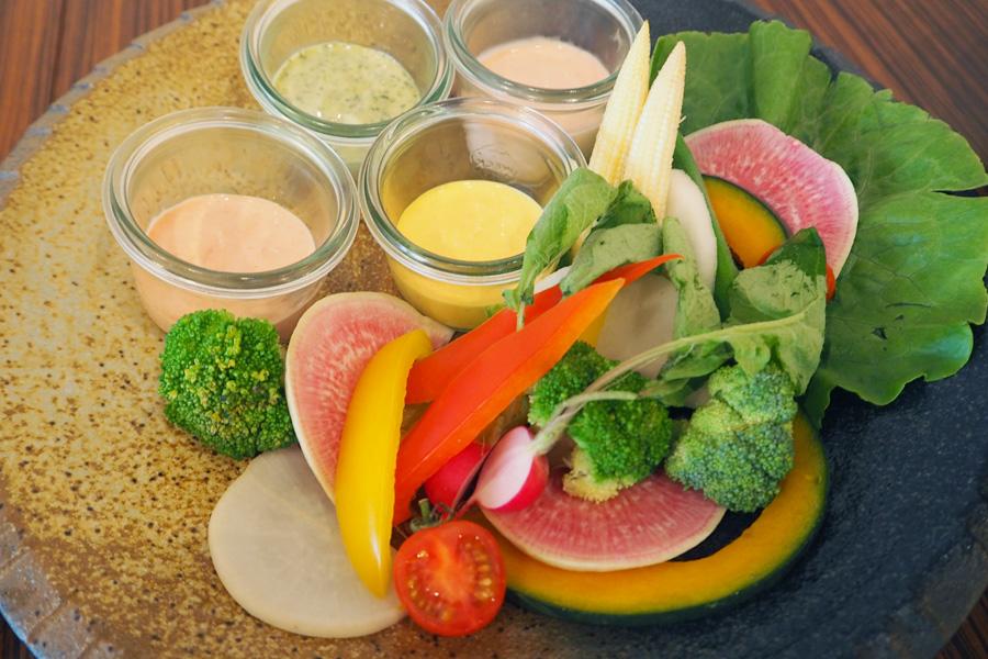ディナーメニュー:新鮮野菜と4種のカラフルマヨディップ1,300円