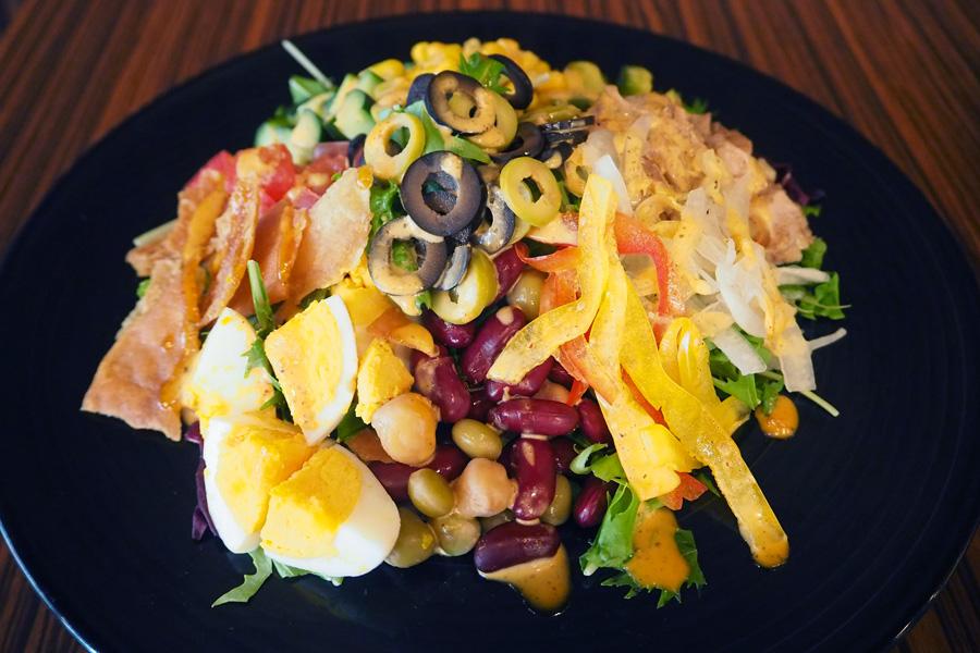 ランチメニュー:10種野菜とゆで卵、チキンのコブサラダ(スープ付、パンor白米or雑穀米、小鉢付)980円