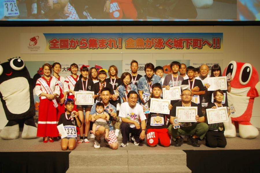 上位入賞者らとの記念撮影。郡山市長の上田清市長(前列中央)も来場