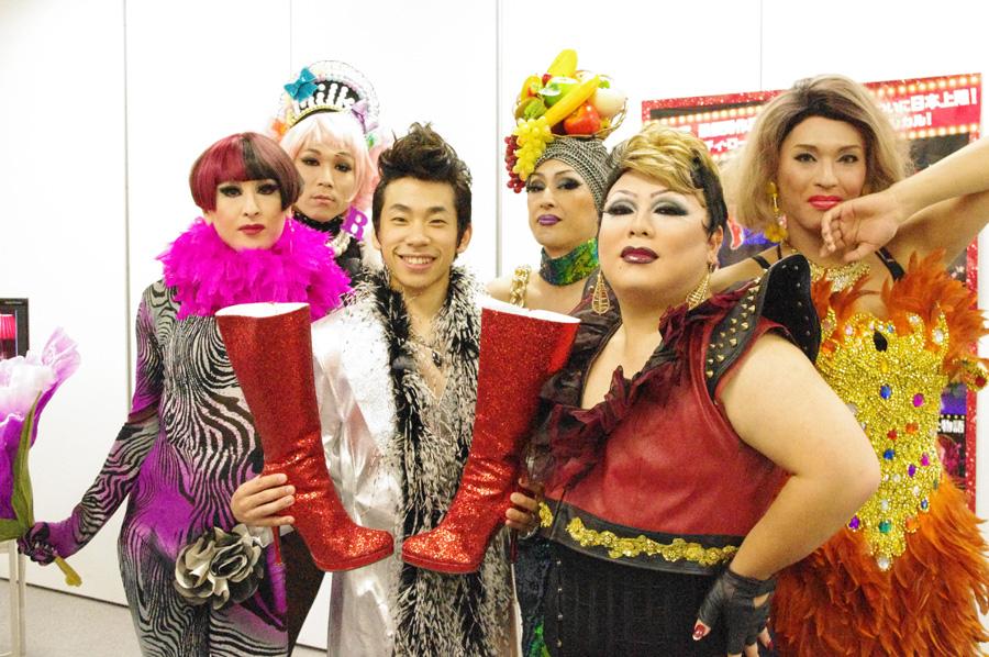 ナジャ・グランディーバが出演するお店としても知られる大阪の「do with cafe」(大阪市北区)から、女将のFOXY-Oらドラァグクイーンと織田信成が登場した会見
