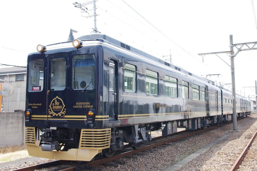 客車は1号車28名、3号車37名、定員65名で、ゆったりとした座席を有する観光特急「青の交響曲(シンフォニー)」