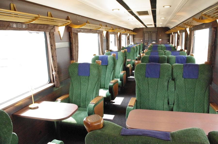 座席幅は通常450mmのところ、480〜500mmと広めに。内装には、一部吉野産の竹材が使用されている