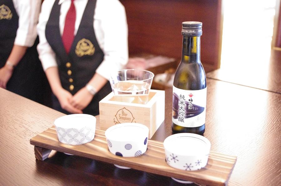 芳醇な味わいの特別純米「猩々」など「吉野の地酒 飲み比べセット」1,200円。後ろはオリジナル杉升付「梅乃宿 純米大吟醸 1合瓶」1,200円