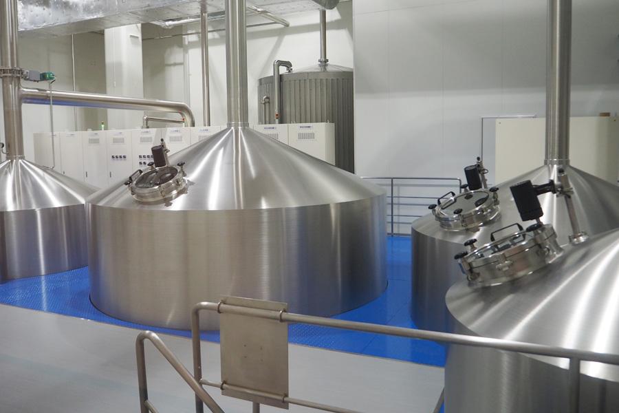 タンクが並ぶ醸造所