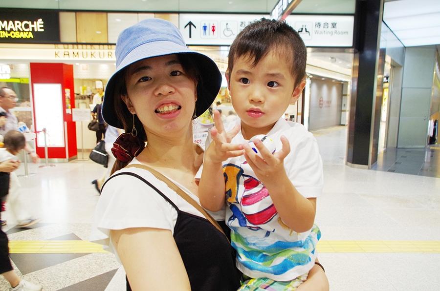 見事、電車のオモチャをゲットした藤田麻里子さんと湧聖くん