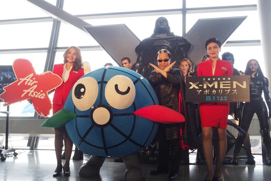 「関西国際空港」にて、Mr.マリックとエアアジアフライトアテンダント、関西国際空港のキャラクター・カンクン