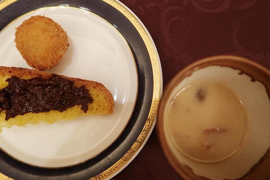 右側が、味噌スープ。中にはパスタが入って、ローズマリー、エクストラバージンオイルがアクセントに