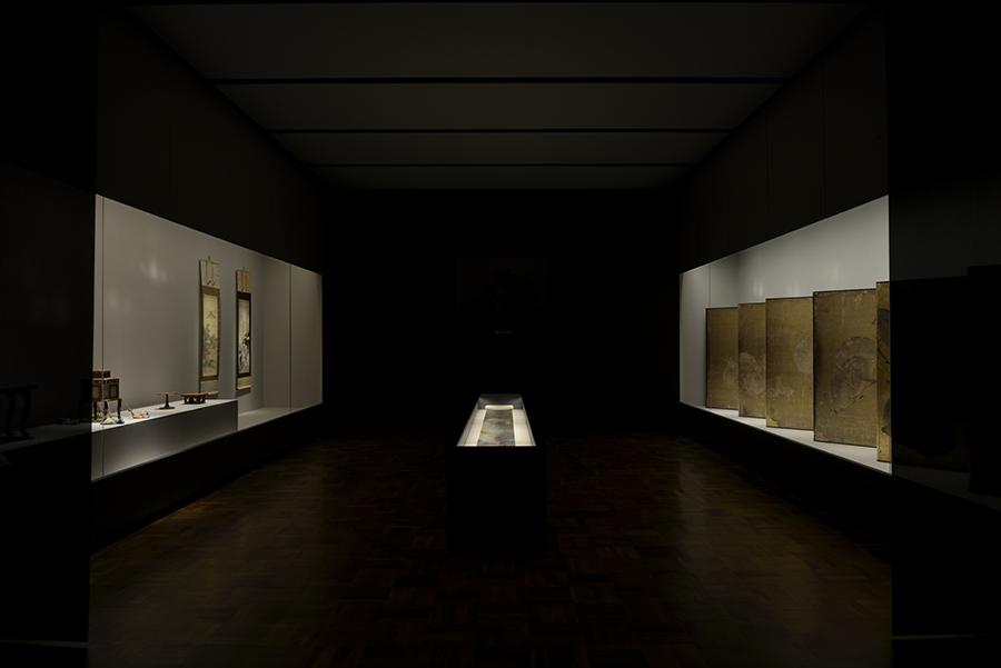 展示空間は刀剣類や工芸品をより良く鑑賞できるようガラスや照明装置を工夫