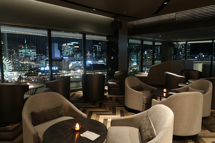 夜景を楽しむなら、窓際を。ライブならば、内側の席を