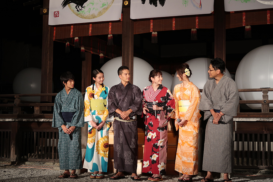 左から前田旺志郎、宮野陽名、市原隼人、早見あかり、佐々木希、山下健二郎。和気あいあいと和むメインキャストたち