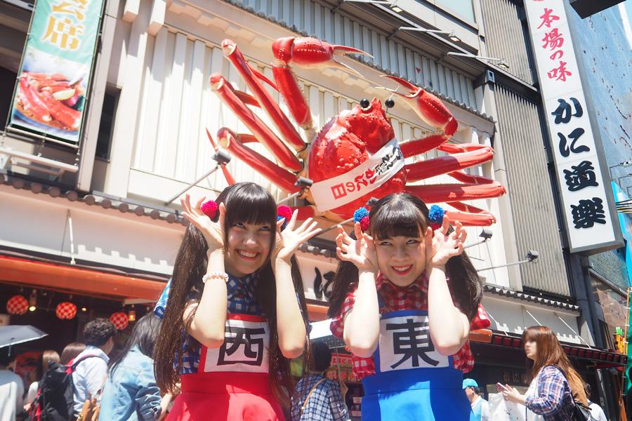 生ハムと焼うどんの西井万理那(左)と東理紗(右)