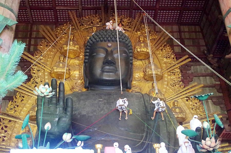 ゴンドラに乗って「大仏さま」を清掃する僧侶、関係者たち
