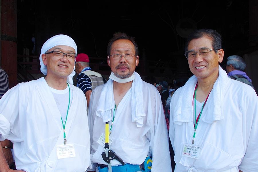 ゴンドラに指示を出していた山辺元康さん(左)と井本和宏さん(右)と頭部で清掃した中西さん(中央)
