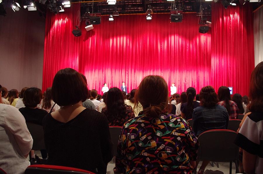 トークイベントには、ドラマの河西秀幸プロデューサー(右から2番目)も参加。司会は同局の杉本なつみアナ(右)と服部優陽アナ(左)