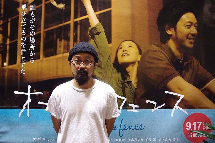 舞台挨拶前に写真撮影に応じた『オーバーフェンス』の山下敦弘監督