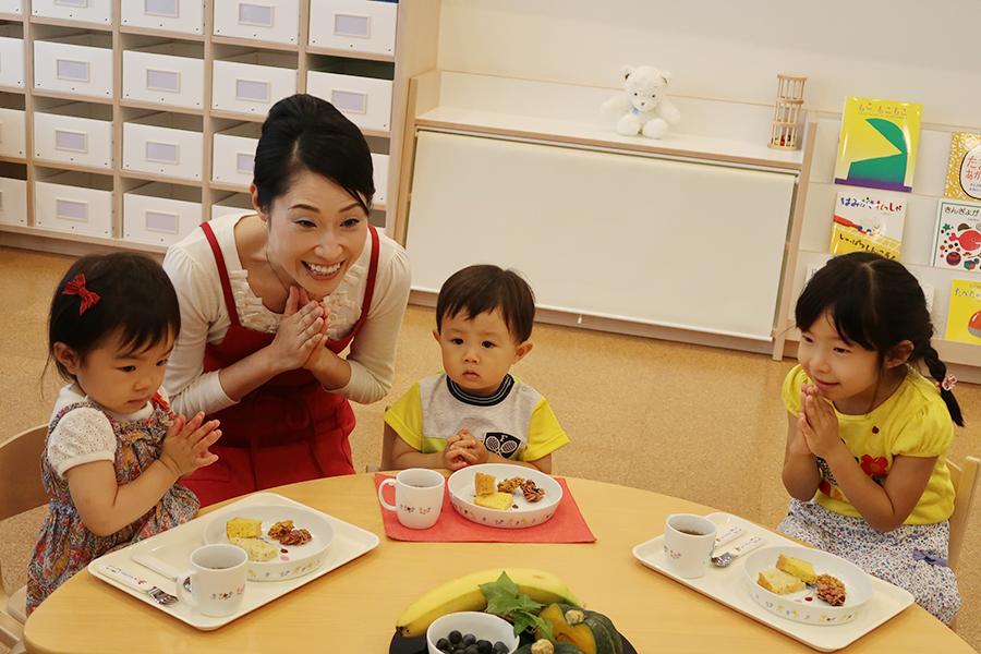 食への感謝の心を自然と学べるように。また保育園の給食では珍しいブッフェ形式や大皿でとりわけるファミリースタイルを取り入れたりしながら、自分が食べられる量を学んだり、食と向き合う