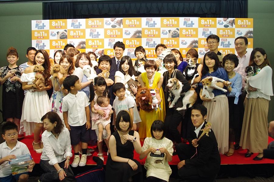 ペット・カーペットを歩いた参加者たちと記念撮影した佐藤栞里(中央)