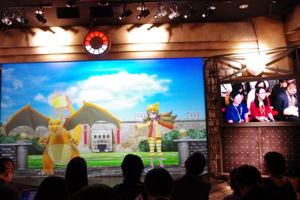 「ポケモンEXPOジム」ではスクリーンに現れるキャラクターと会話できる(写真は『リザードンのバトルコロシアム』)