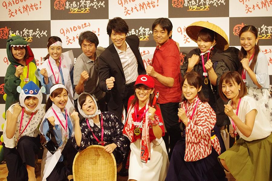 イベント終了後、女子アナたちとフォトセッションをした佐々木蔵之介(後列中央)と本木克英監督(後列右から3番目)